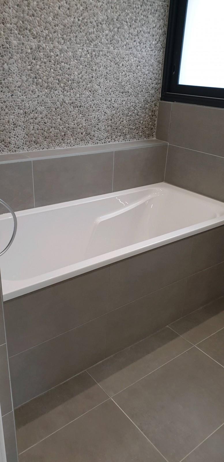 Salle De Bain Avec Baignoire moderniser une salle de bain avec une baignoire et meuble
