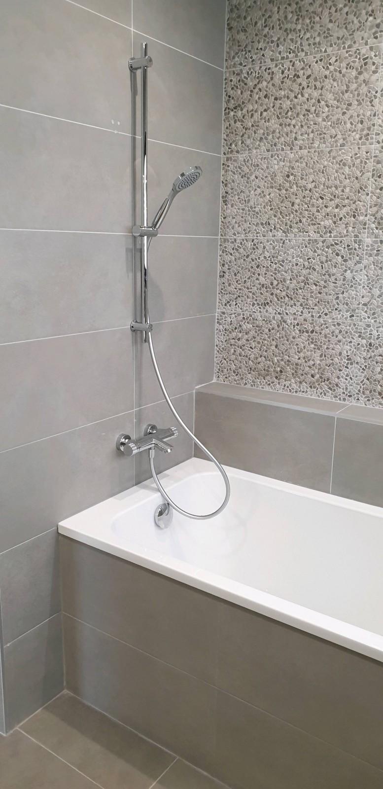 Moderniser une salle de bain avec une baignoire et meuble haut de